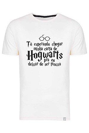 Camiseta Tô Esperando Chegar Minha Carta De Hogwarts Pra Deixar De Ser Trouxa