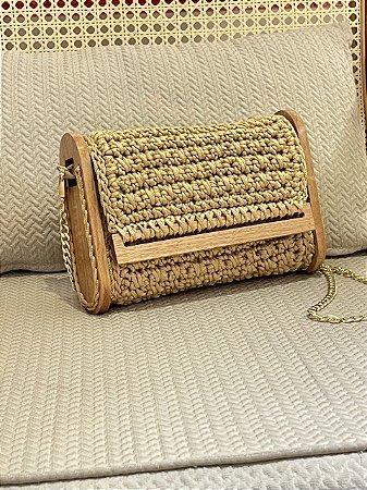 Bolsa em croche com detalhes em madeira