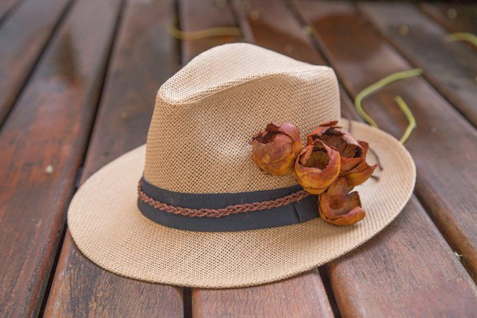 Chapéu com aplicação de flor de babaçu