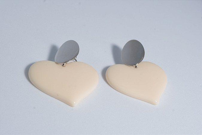 Brinco resina coração off white com ponteira em metal prata