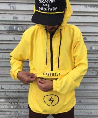 Corta vento stranger company amarelo