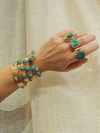 Bracelete Martelado Com Pedras Verdes Trabalhadas