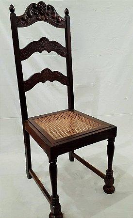 Cadeira em madeira imbuia maciça, entalhes no encosto, pés torneados e assento em palhinha
