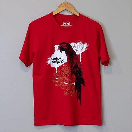 """Camiseta Masculina Vermelha - """"Arara em meio às folhas"""""""