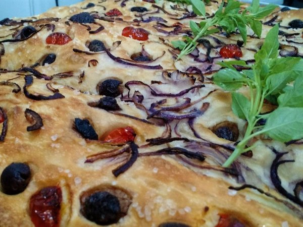 Focaccia de azeitona, tomate, cebola roxa e manjericão - 400g - SÁBADO
