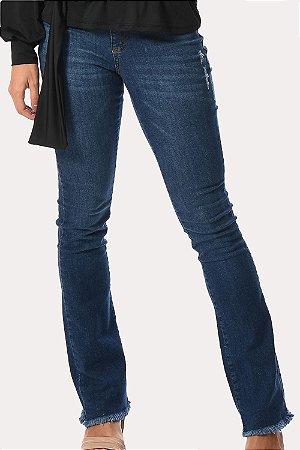 Calça jeans flare com puidos e barra desfiada