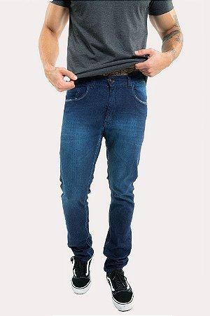 Calça jeans com desgaste no bolso