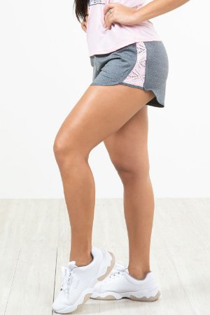 Shorts fitness liso detalhe lateral