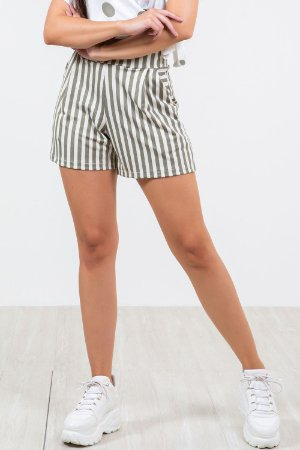Shorts com detalhe prega frontal