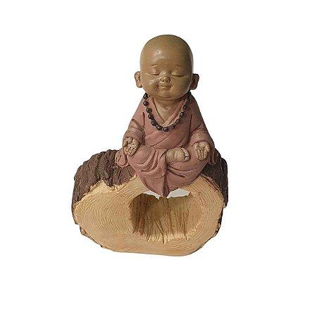 Escultura Monge Tronco de Madeira Meditando de Resina 17cm