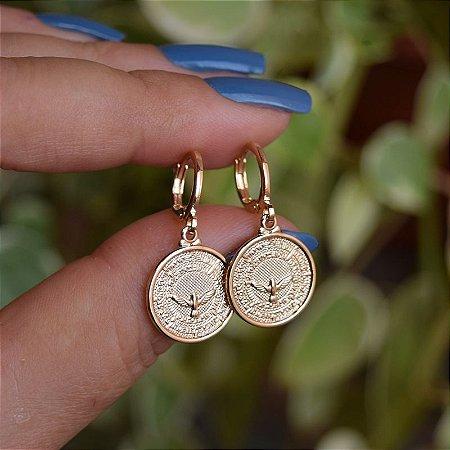 Brinco argolinha penduricalho medalha Espírito Santo ouro semijoia
