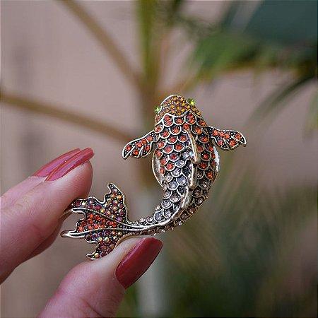 Broche magnético carpa dourado cristais coloridos