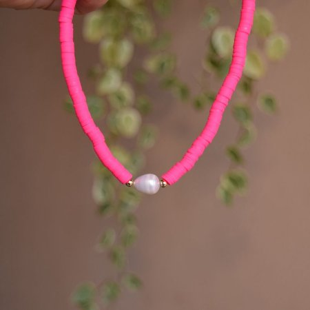 Colar fimo rosa neon com pérola água doce