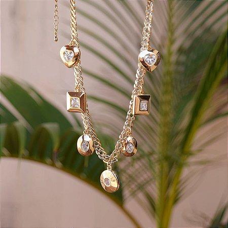 Colar choker penduricalhos cristais ouro semijoia