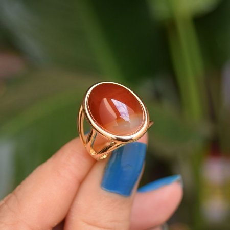 Anel oval pedra natural ágata vermelha ouro semijoia