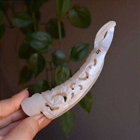 Presilha banana g Bianca acrílico madrepérola 60 015