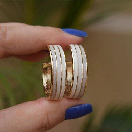 Brinco argola esmaltada marfim dourado