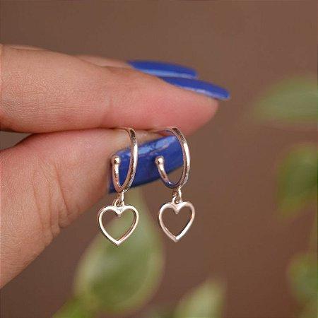 Brinco argolinha penduricalho coração vazado prata 925