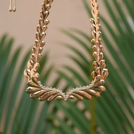 Colar gravatinha asas zircônia ouro semijoia