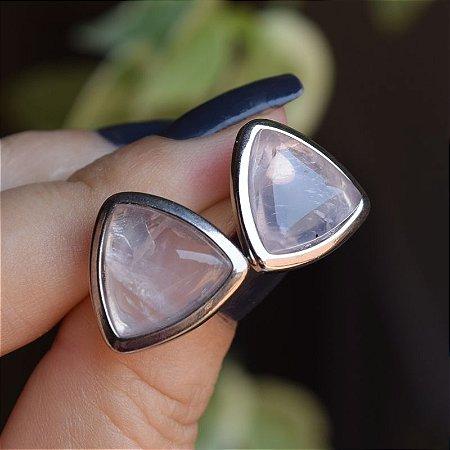 Brinco triângulo pedra natural quartzo rosa ródio semijoia