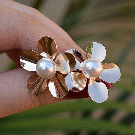 Brinco flor pérola ouro semijoia