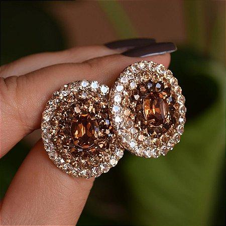 Brinco oval Iza Perobelli dourado cristais multicoloridos