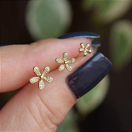 Brinco trio mini flor ouro semijoia