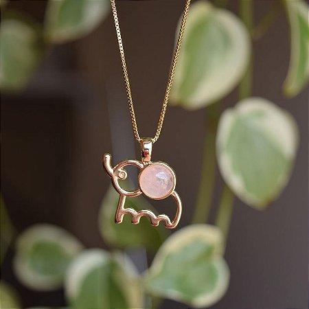 Colar elefante com pedra natural quartzo rosa ouro semijoia