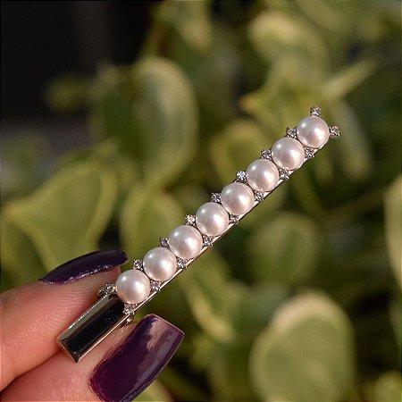 Presilha bico de pato metal prateado pérolas com strass