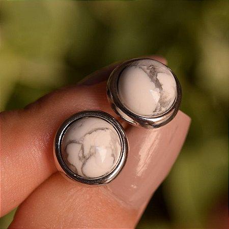 Brinco redondo pedra natural howlita branca ródio semijoia