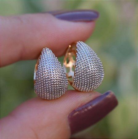 Brinco argolinha gota metal texturizado ródio e ouro semijoia 18K01021