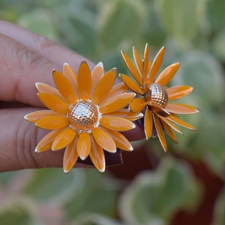 Brinco flor resinado ocre dourado