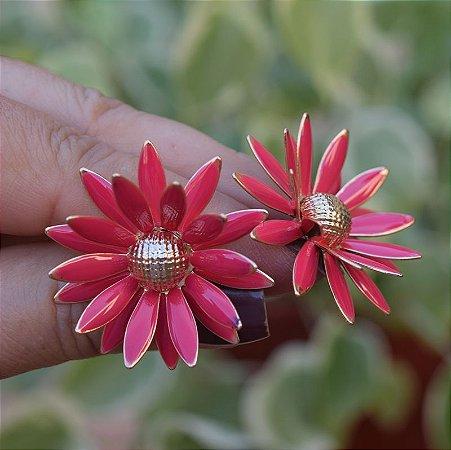 Brinco flor resinado rosa dourado