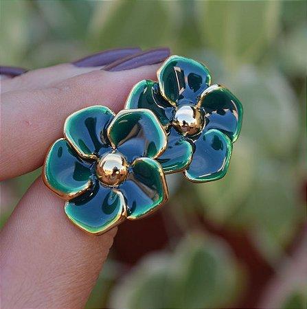 Brinco flor resinado verde dourado