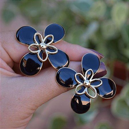 Brinco flor resinado preto dourado
