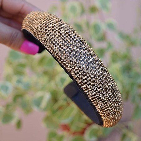 Tiara larga acolchoada cristais dourado