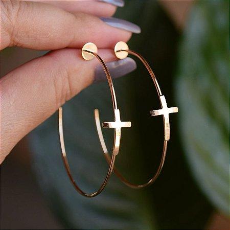 Brinco argola fina crucifixo ouro semijoia