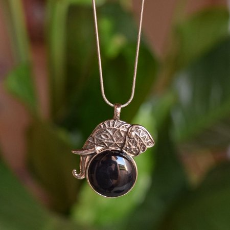 Colar elefante com pedra natural ágata preta prata velho semijoia