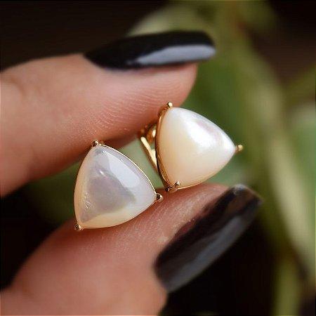 Brinco argolinha triângulo madrepérola ouro semijoia