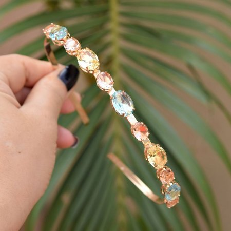 Tiara metal dourado com cristais ovais coloridos