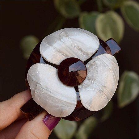 Presilha camélia acrílico marrom com madrepérola natural