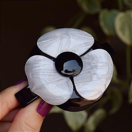 Presilha camélia acrílico preto com madrepérola branca