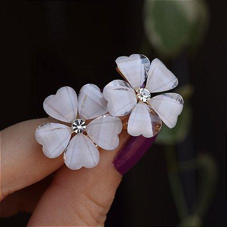 Brinco pressão flor branco dourado