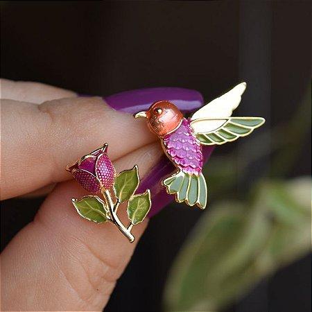 Brinco beija flor e rosa esmaltado colorido