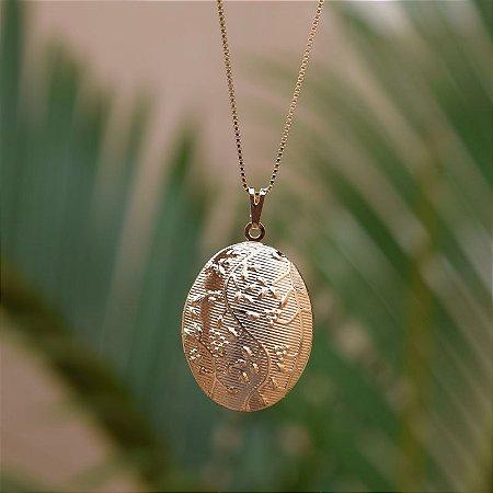 Colar relicário oval trabalhado ouro semijoia