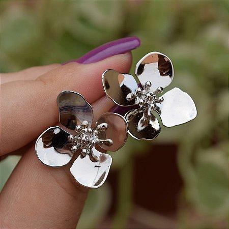 Brinco flor ródio semijoia