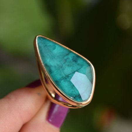 Anel geométrico pedra natural esmeralda ouro semijoia
