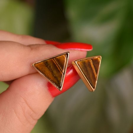 Brinco triângulo invertido pedra natural olho de tigre ouro semijoia
