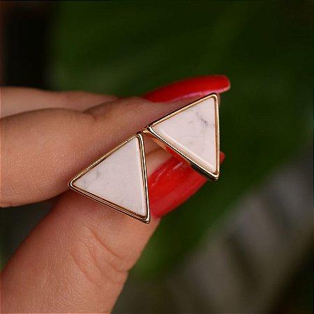 Brinco triângulo invertido pedra natural howlita branca ouro semijoia