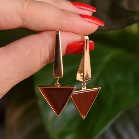 Brinco triângulo invertido pedra natural ágata vermelha ouro semijoia